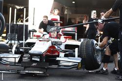 ART Grand Prix mecánicos practican una parada en boxes