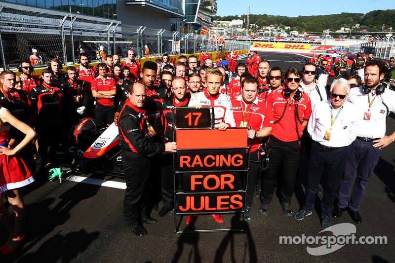 Max Chilton y los miembros del equipo muestran su apoyo a Jules Bianchi en la parrilla