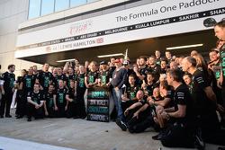 Paddy Lowe, Director Ejecutivo de Mercedes AMG F1, Mercedes AMG F1; Lewis Hamilton, Mercedes AMG F1; Toto Wolff, Mercedes AMG F1 accionista y Director Ejecutivo; Niki Lauda, Presidente no ejecutivo de Mercedes y el equipo celebran ganar el 2014
