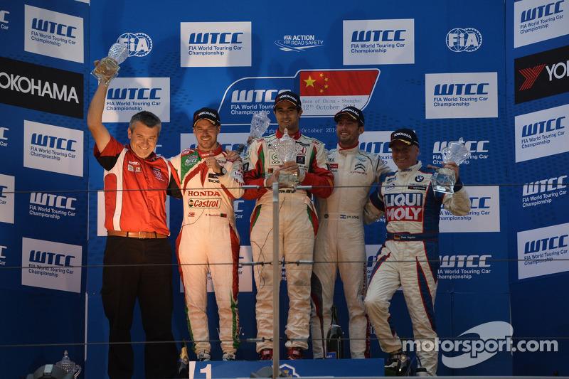 Podio gara 2, vincitore Mehdi Bennani, Honda Civic WTCC, Proteam Racing, secondo posto Tiago Monteiro, Honda Civic WTCC, Team Castrol Honda WTCC, terzo posto Jose Maria Lopez, Citroën C-Elysee WTCC, Citroën Total WTCC