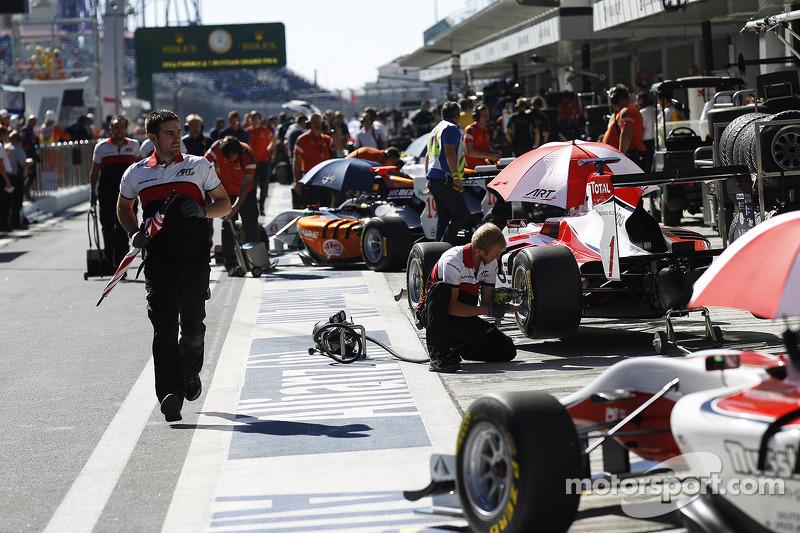 Mecánico de ART Grand Prix  corre por el pit lane