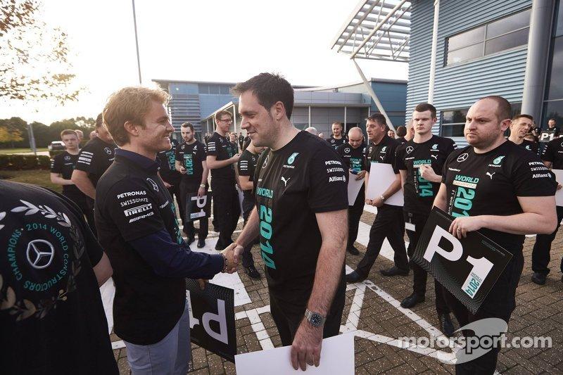 Nico Rosberg saluda a trabajadores de la fábrica de Mercedes