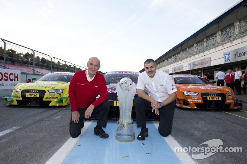 Campeón de constructores Audi - Dr. Wolfgang Ullrich, director de Audi Motorsport, Dieter Gass, dire