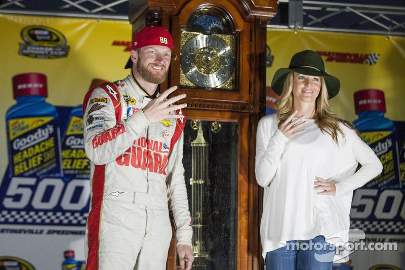 Ganador de la Carrera Dale Earnhardt Jr. con su novia Amy Reimann