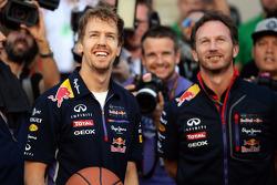 (Esquerda para direita): Sebastian Vettel, Red Bull Racing, mostra suas habilidades no basquete, com Christian Horner, chefe de equipe da Red Bull