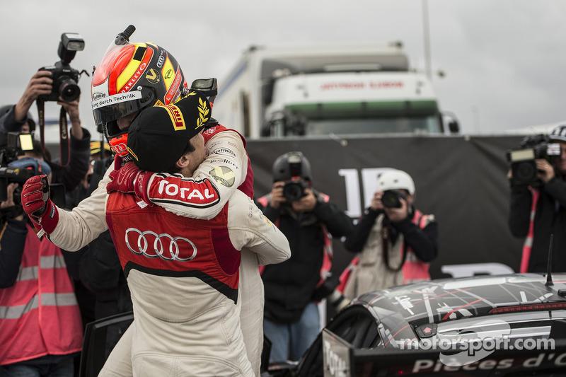 Stéphane Ortelli festeggia con il vincitore Laurens Vanthoor
