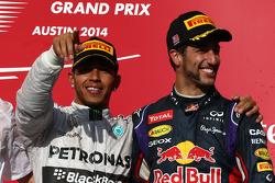 Primeiro lugar: Lewis Hamilton, Mercedes AMG F1 W05, com terceiro colocado Daniel Ricciardo, Red Bull Racing RB10