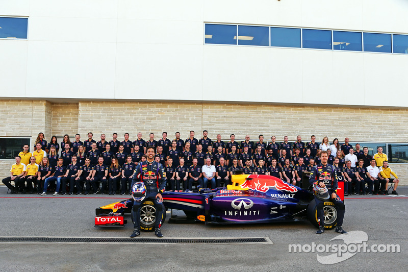 (L to R): Daniel Ricciardo, Red Bull Racing and team mate Sebastian Vettel, Red Bull Racing at a team photograph