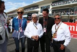 (Soldan Sağa): Simon Le Bon, Duran Duran lider Şarkıcı ve Pamela Anderson, Aktris; Bernie Ecclestone, Aktör; ve Mario Andretti, Amerika Pisti Resmi Elçisi