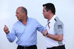 (Soldan Sağa): Ron Dennis, McLaren Genel Başkanı ve Eric Boullier, McLaren Yarış Direktörü