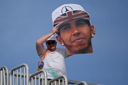Un fan con una gran cabeza de Lewis Hamilton, Mercedes AMG F1
