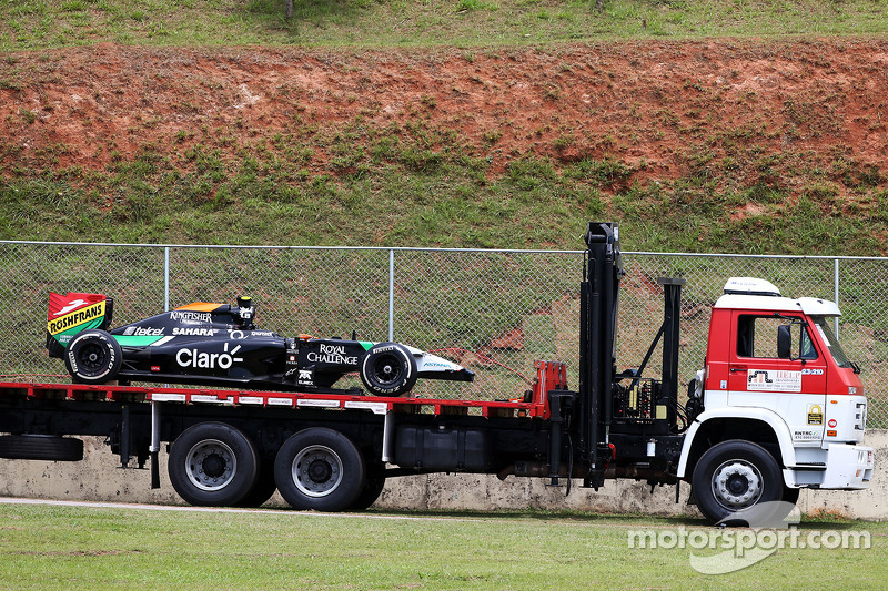 Sahara Force India F1 VJM07 de Daniel Juncadella es regresado a pits en grúa