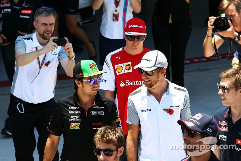 Sergio Perez, Sahara Force India F1, con Jenson Button, McLaren, durante la sfilata dei piloti