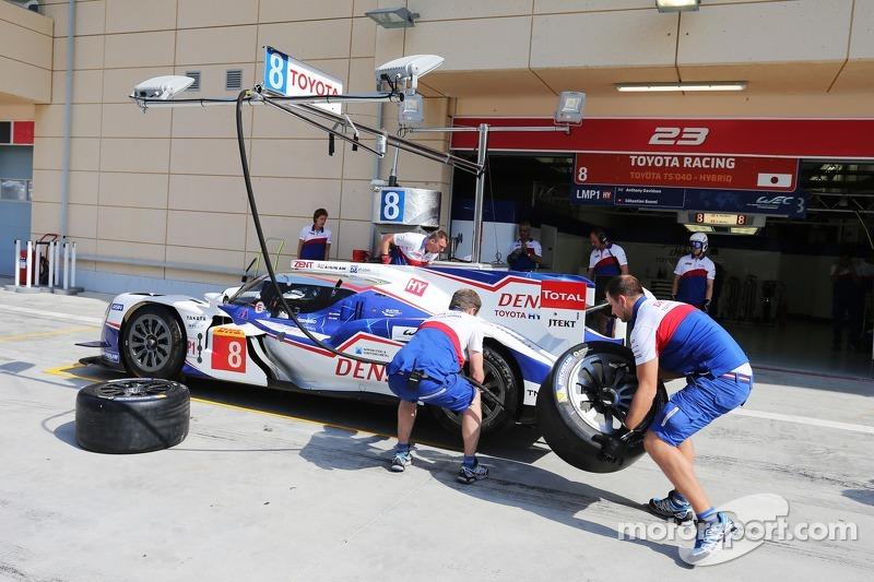 Team Toyota pratica un pit stop