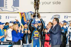 Şampiyona zafer çizgisi: NASCAR Nationwide Serisi 2014 şampiyonu Chase Elliott kutlama yapıyor