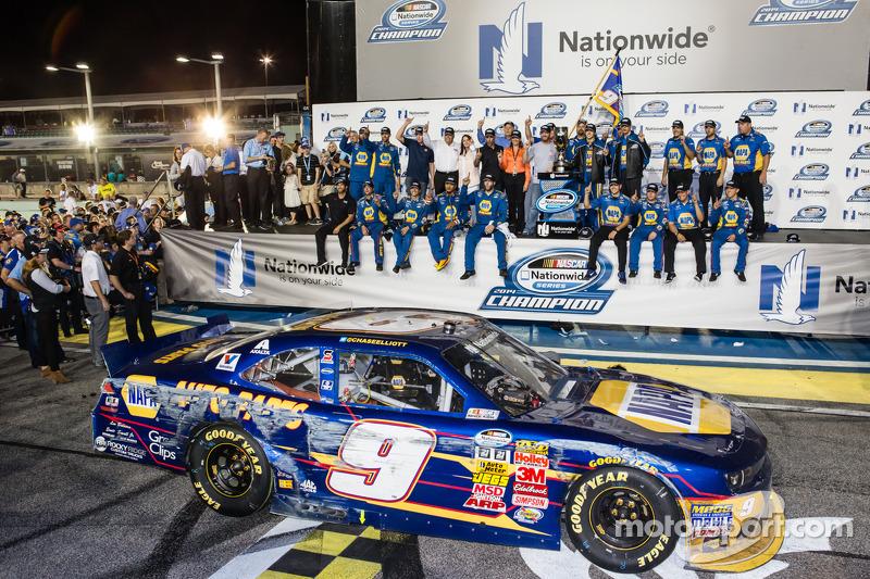 Şampiyona zafer çizgisi: NASCAR Nationwide Serisi 2014 şampiyonu Chase Elliott kutlama yapıyor ve Dale Earnhardt Jr.