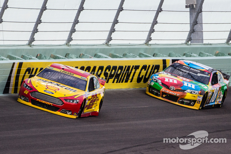 Joey Logano, Team Penske Ford y Kyle Busch, Joe Gibbs Racing Toyota