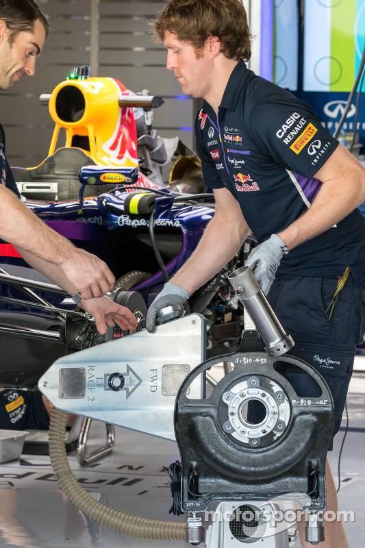 A Red Bull Racing RB10 sendo preparada nos pits