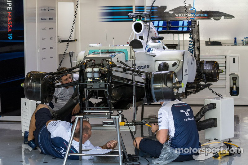 Williams FW36 preparata nei box