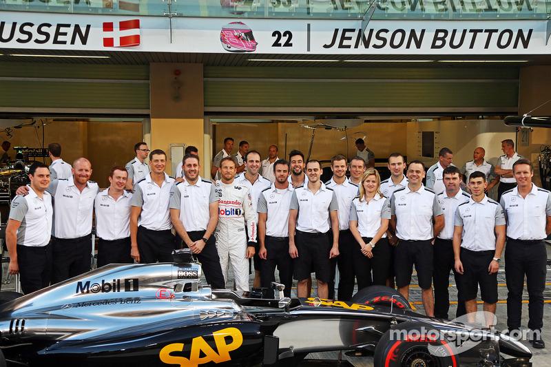Jenson Button, McLaren in una fotografia di squadra