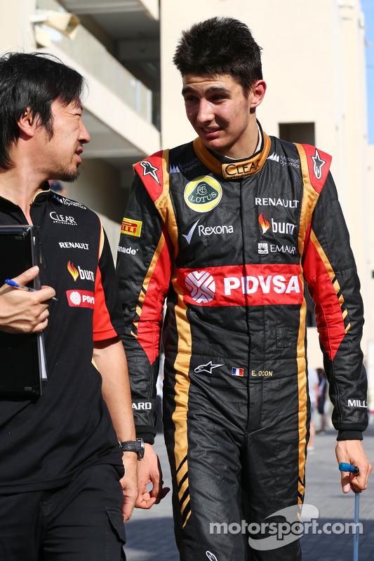 Esteban Ocon, Lotus F1 Team Test Driver, com Ayao Komatsu, Lotus F1 Team