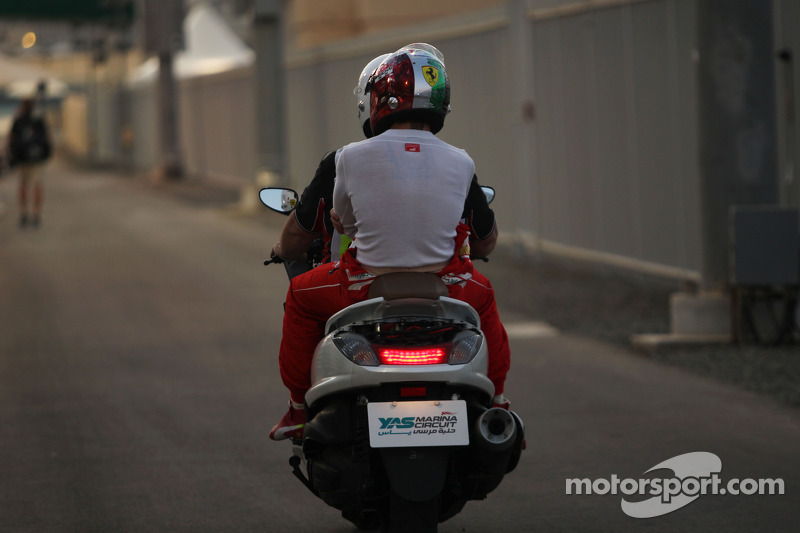 Fernando Alonso, Ferrari scooter ile pite dönüyor