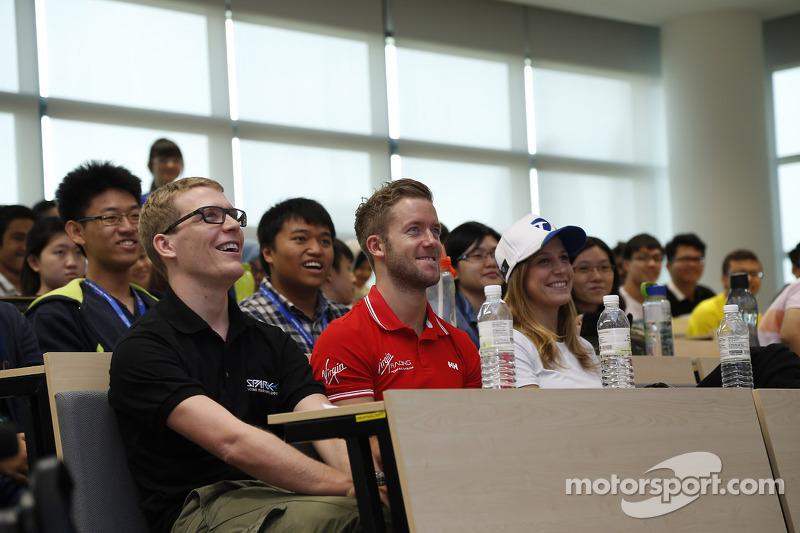 Sam Bird, Virgin Racing en clase en la Univ. Heriot Watt, Campus, Putrajaya