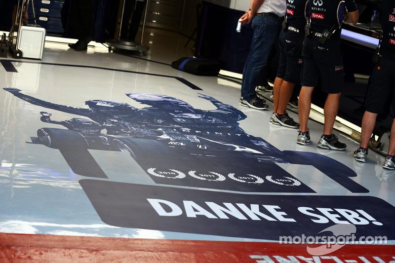 Il team Red Bull Racing ringrazia Sebastian Vettel grazie, Red Bull Racing, con un murale sul pavimento dei box