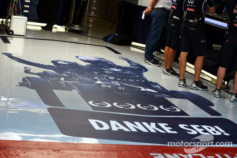 Red Bull Racing agradece a Sebastian Vettel, Red Bull Racing con un mural en el suelo