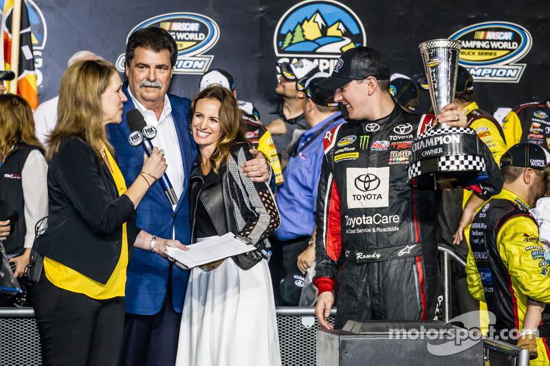 Şampiyona zafer çizgisi: NASCAR Camping Dünya Kamyon Serisi 2014 şampiyonu owner Kyle Busch ve Mike Helton