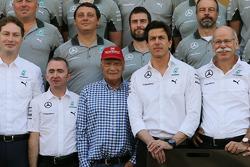 (从左至右): 帕蒂·洛维, 梅赛德斯 AMG F1车队车队执行董事, 梅赛德斯非执行主席; 托托·沃尔夫, 梅赛德斯 AMG F1车队 车队股东兼执行官; 和 迪特尔·蔡澈博士, 戴姆勒 AG CE
