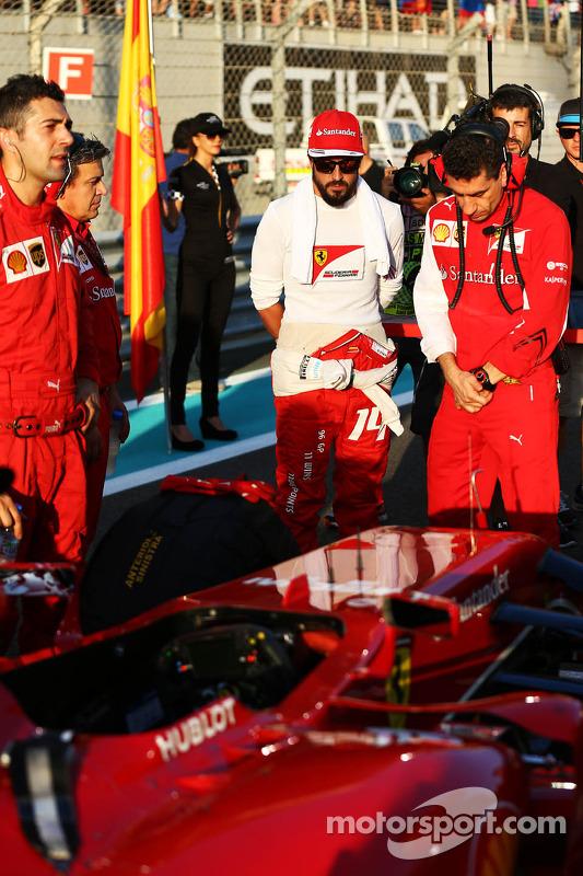 (Esquerda para direita): Fernando Alonso, Ferrari, com Andrea Stella, engenheiro de corridas da equi