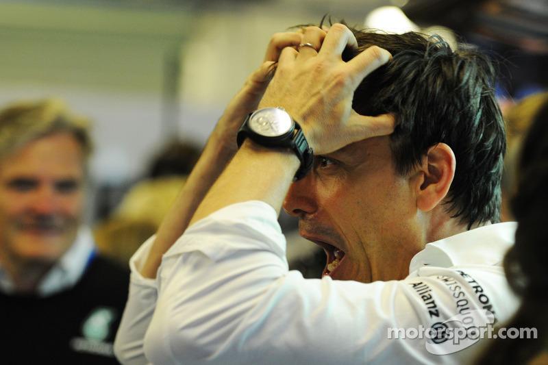Toto Wolff, Mercedes AMG F1 Socio e Direttore Esecutivo festeggia il Campionato del Mondo con la squ
