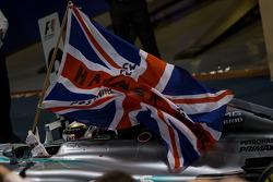 (Da sinistra a destra): Il vincitore della gara e campione mondiale Lewis Hamilton, Mercedes AMG F1 W05 festeggia nel Parco chiuso