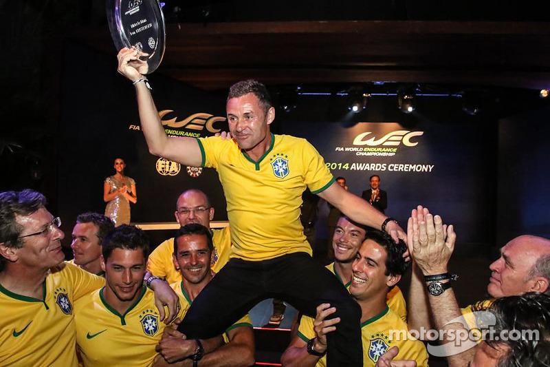 Mister Le Mans Tom Kristensen es levantado en hombros por sus compañeros de Audi Sport
