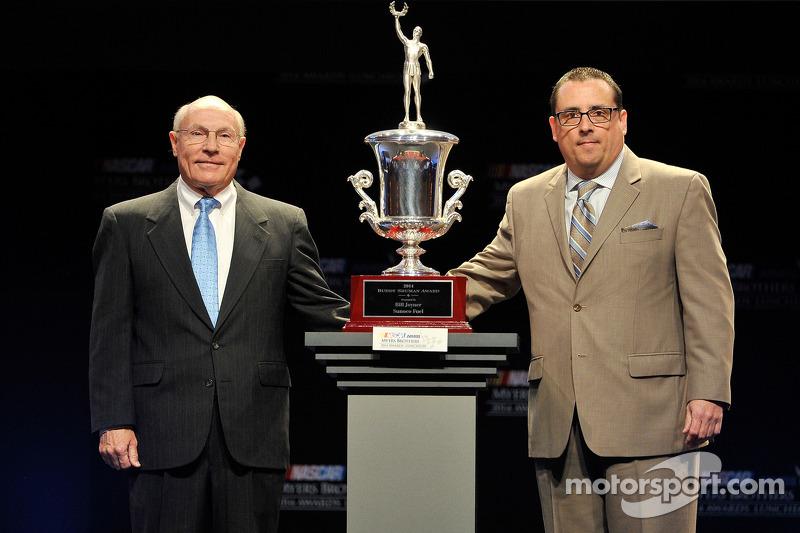 Bill Joyner, Sunoco Race Fuel, accetta il Buddy Shuman Award con Michael Proud, Federal Mogul