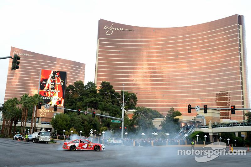 El campeón 2014 Kevin Harvick, Stewart-Haas Racing Chevrolet quema llantas enfrente del hotel Wynn
