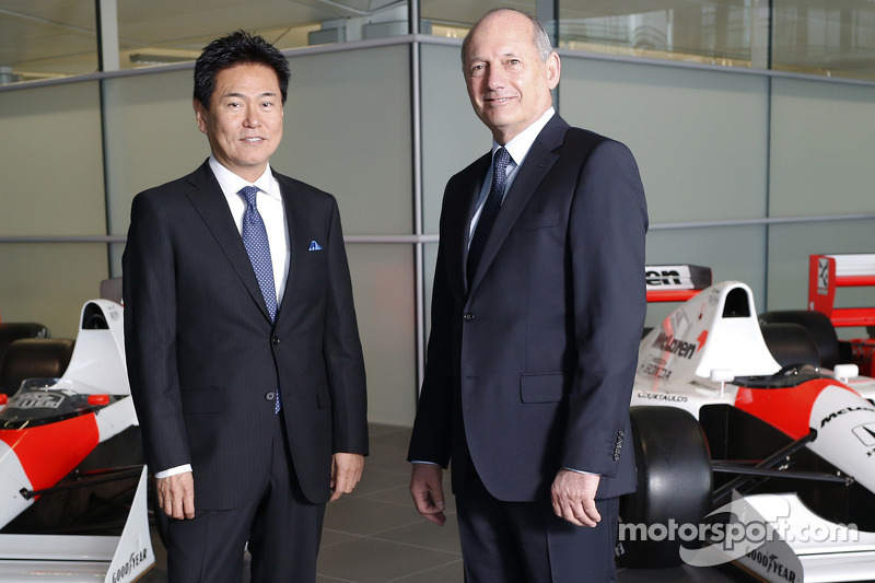 Yasuhisa Arai, Capo di Honda Motorsport, Jenson Button, Kevin Magnussen, Fernando Alonso e Ron Dennis, Presidente e CEO McLaren