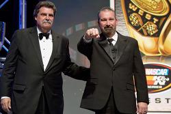 纳斯卡K&N专业系列赛西部冠军Greg Pursley从纳斯卡主席Mike Helton那里获得一枚冠军戒指