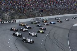 Старт гонки: лидирует Джозеф Ньюгарден, Team Penske Chevrolet