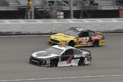 Kevin Harvick, Stewart-Haas Racing, Ford Fusion Jimmy John's and Matt DiBenedetto, Go FAS Racing, Ford Fusion