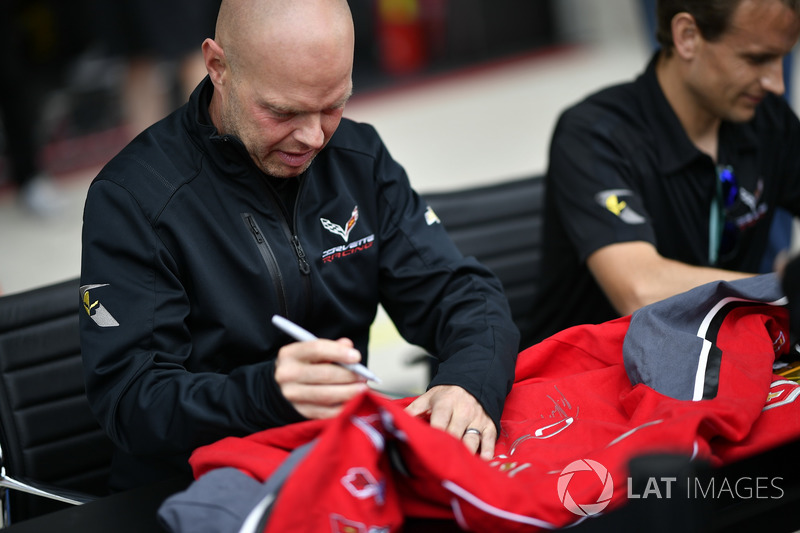 #63 Corvette Racing Chevrolet Corvette C7.R: Jan Magnussen, Antonio Garcia, autograph session