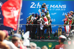 Podium : les vainqueurs Sébastien Buemi, Kazuki Nakajima, Fernando Alonso, Toyota Gazoo Racing, deuxième place Mike Conway, Kamui Kobayashi, Jose Maria Lopez, troisième place Mathias Beche, Gustavo Menezes, Thomas Laurent, Rebellion Racing