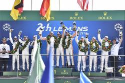 Podium LMGTE Pro : vainqueurs Michael Christensen, Kevin Estre, Laurens Vanthoor, Porsche GT Team, deuxième place Richard Lietz, Gianmaria Bruni, Frédéric Makowiecki, Porsche GT Team, troisième place Joey Hand, Dirk Müller, Sébastien Bourdais, Ford Chip Ganassi Racing