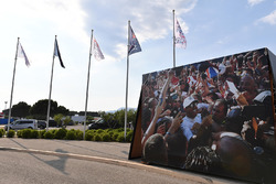 Des drapeaux et une image de Lewis Hamilton, Mercedes-AMG F1
