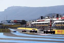 Max Verstappen, Red Bull Racing RB14, derrière Esteban Ocon, Force India VJM11, et Kimi Raikkonen, Ferrari SF71H