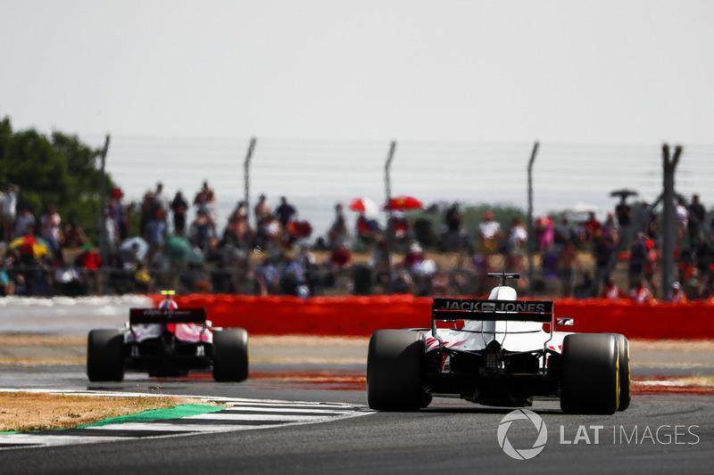 Charles Leclerc, Sauber C37, devant Romain Grosjean, Haas F1 Team VF-18