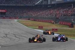 Даниэль Риккардо, Red Bull Racing RB14, и Пьер Гасли, Toro Rosso STR13