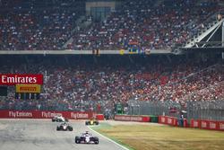 Серхио Перес, Sahara Force India F1 VJM11, и Ромен Грожан, Haas F1 Team VF-18