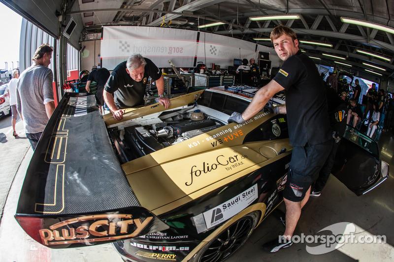 #22 Leipert Motorsport Lamborghini Gallardo FL2 nei box con problemi al motore